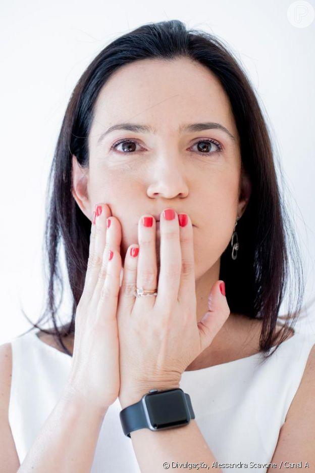 Alessandra Scavone mostra exercícios de yoga facial
