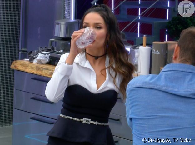 Camisa social branca + vestido preto foi combinação escolhida por Juliette no Paredão do último domingo (21)