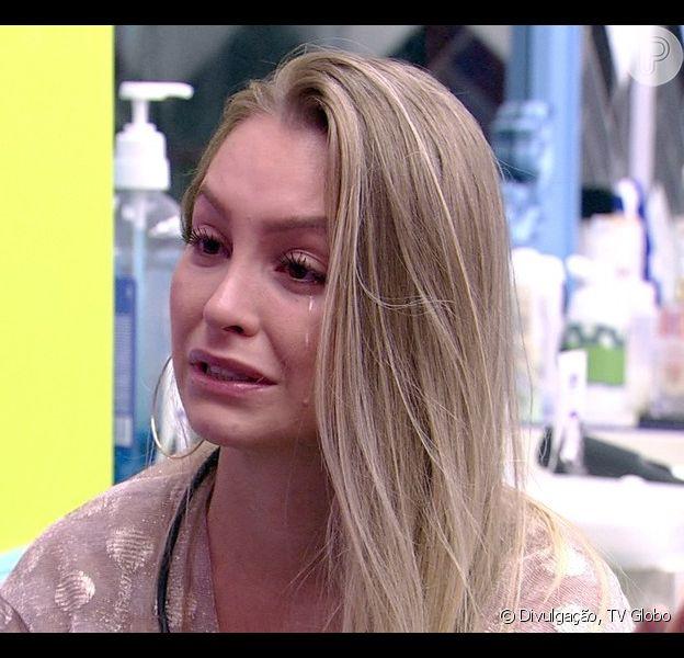 Carla Diaz revela a Pocah que Arthur propôs um