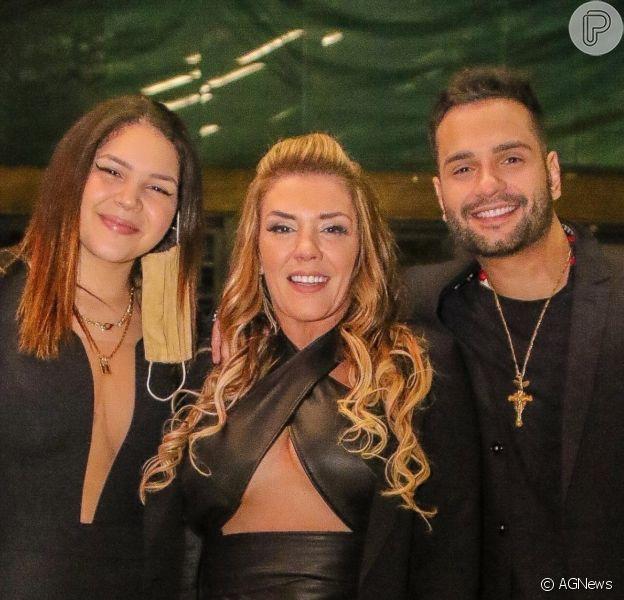 Filha de Simony, Aysha está exibindo novo corpo após se submeter a dieta. Na foto, atriz com a mãe e o padrasto, Felipe Rodriguez