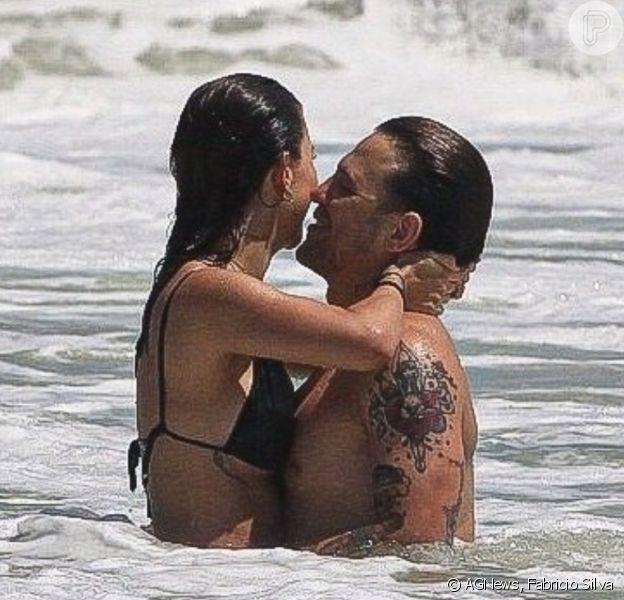 Gabi Brandt curte praia com o marido, Saulo Poncio, nesta terça feira, 02 de fevereiro de 2021