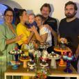 Giselle Itié com o filho, Pedro Luna, os pais, e os irmãos na festa intimista de Pedro Luna
