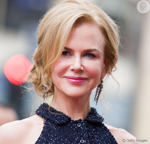 Nicole Kidman usa vestido Louis Vuitton feito em 425 horas para o Globo de Ouro 2021