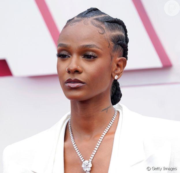 Inspirações de penteados para cabelos cacheados e crespos no Oscar 2021 em 10 fotos