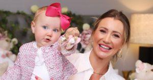 Filha de Ana Paula Siebert, Vicky beija ursinho de pelúcia e encanta mãe:
